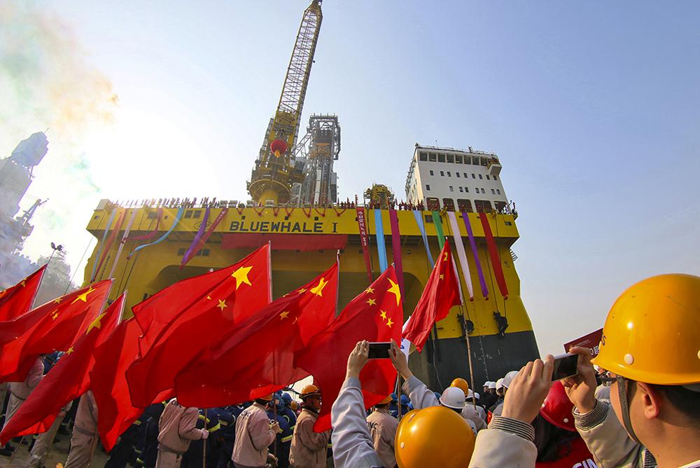 2017年2月13日,由中集来福士海洋工程有限公司建造的全球最先进的超深水双钻塔半潜式钻井平台&amp;ldquo;蓝鲸1号&amp;rdquo;在烟台交付,并奔赴南海首次成功试采海底可燃冰。(唐克)<br/>