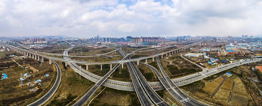 《烟台绕城高速轸格庄立交桥》截至2017年,全市公路通车里程1.95万公里,高速公路达到557.57公里。(林正茂)<br/>