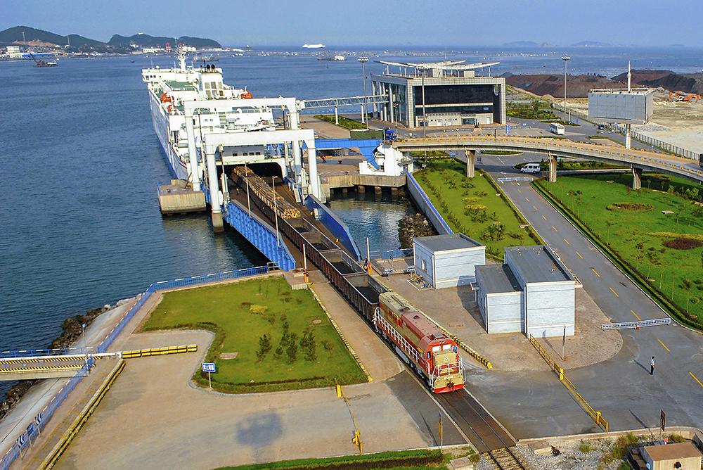 《列车跨海峡》2008年9月19日,烟大铁路轮渡开通,这是中国第一条运距超过百公里的跨海铁路轮渡。(冯守权)<br/>