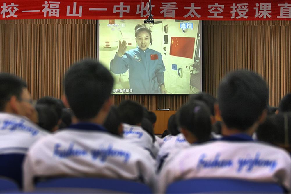 《太空授课》2013年6月20日,福山一中师生集体收看神舟十号航天员王亚平太空授课直播。王亚平,烟台福山人,中国首位在太空授课的航天员。(唐克)<br/>