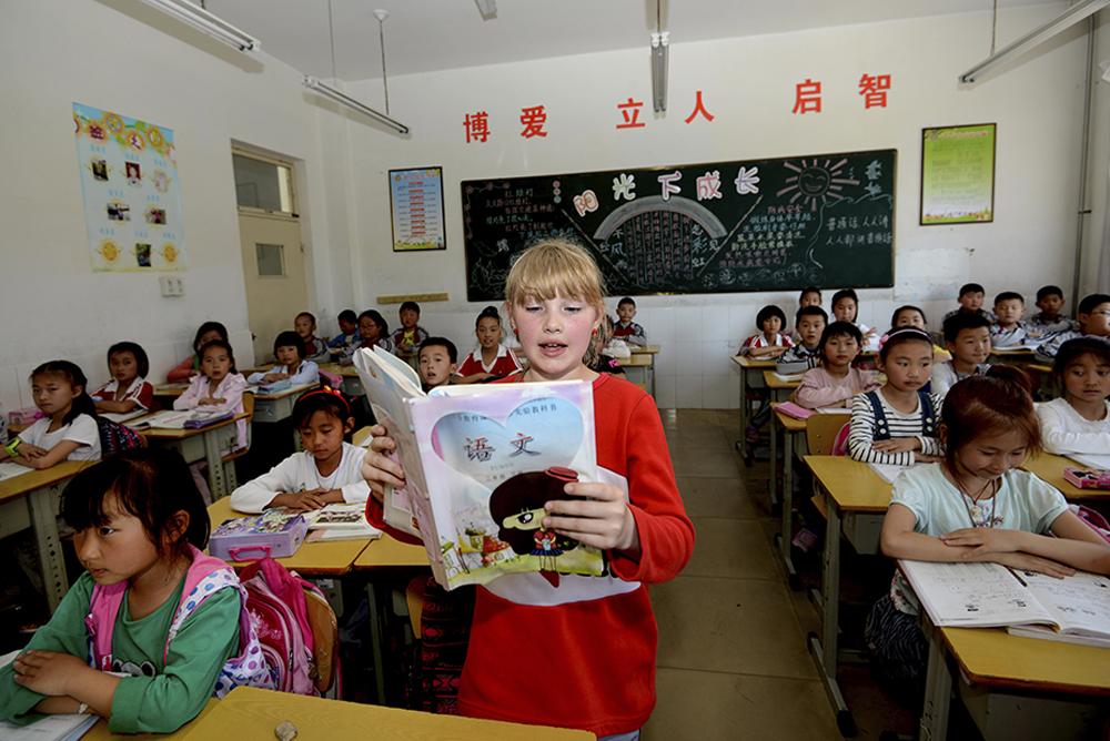 《招远市金晖学校的&amp;ldquo;洋学生&amp;rdquo;》 2016年5月,克莱尔(中文名:李蕾)跟随在招远工作的父母居住,成为首位在招远入学的外籍儿童。(兰瑞东)<br/>