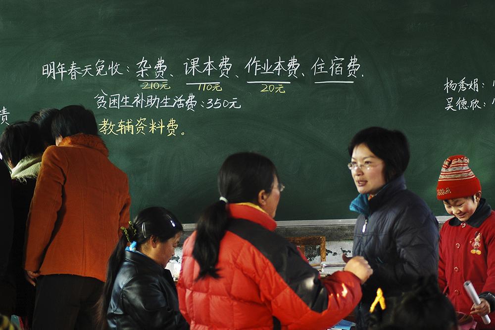 《免费上学了》 2007年,烟台市全面免除义务教育阶段学杂费。(王子勇)<br/>