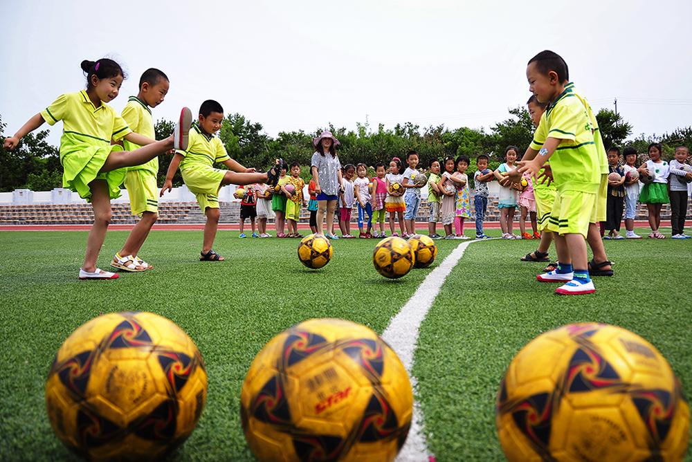 《幼儿园里的足球文化》 2016年6月23日,福山区张格庄中心幼儿园,孩子们在玩足球游戏,感受足球文化魅力。(孙文潭)<br/>
