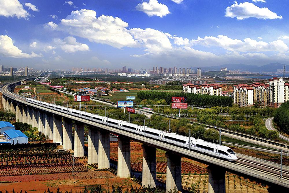 《现代交通 引领发展》改革开放后,烟台逐步形成以以港口为龙头、铁路为主干、以公路为支撑、以民航为羽翼的现代综合立体交通体系,成为东北亚地区互联互通的重要节点。(高绪谦)<br/>