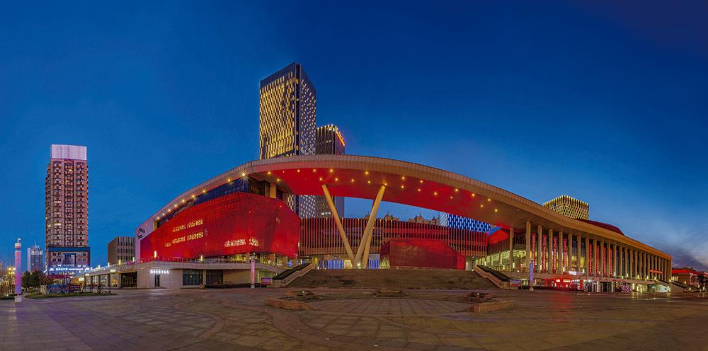 《烟台文化中心》地处繁华地带的烟台市文化中心,包括博物馆、大剧院、文化馆与京剧院、青少年宫和书城,总占地面积约7.6公顷。(张福伟)<br/>