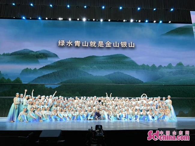 (图)济南艺术学校毕业学子亮相人民大会堂演出
