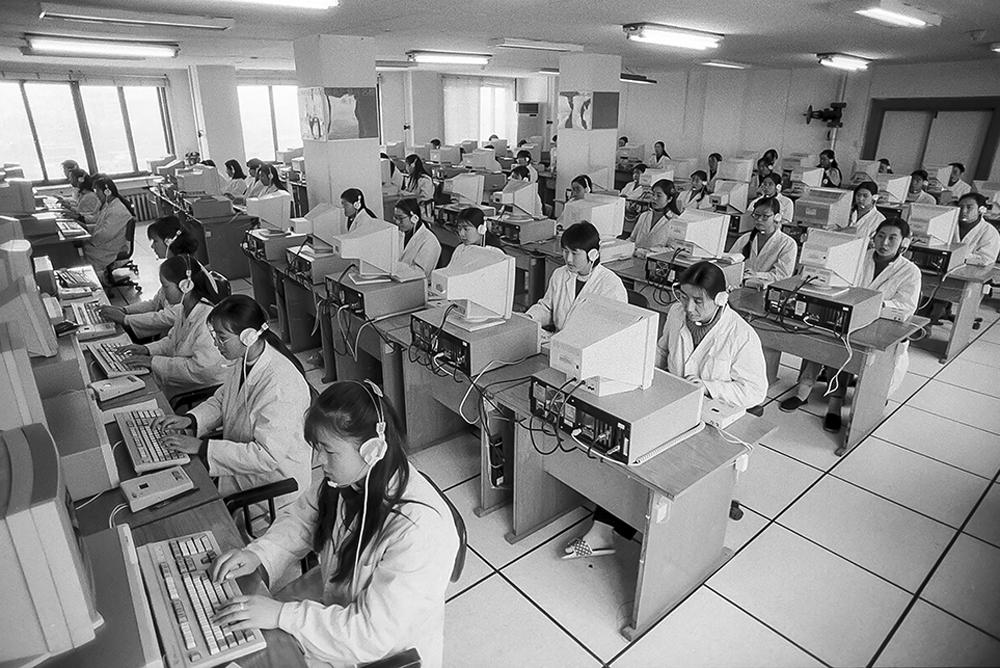 1995年除夕夜到初一上午,烟台宏大传呼台的话务员为市民发送拜年电话24万多条。(武前才)<br/>
