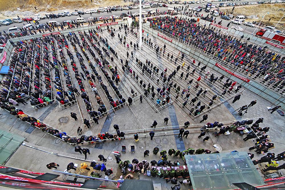 《幸福抽号》 2013年1月24日,2000多名市民在幸福龙海家园广场参加抽号分房,这是烟台市城建史上最大规模的抽号选房活动。(唐克)<br/>