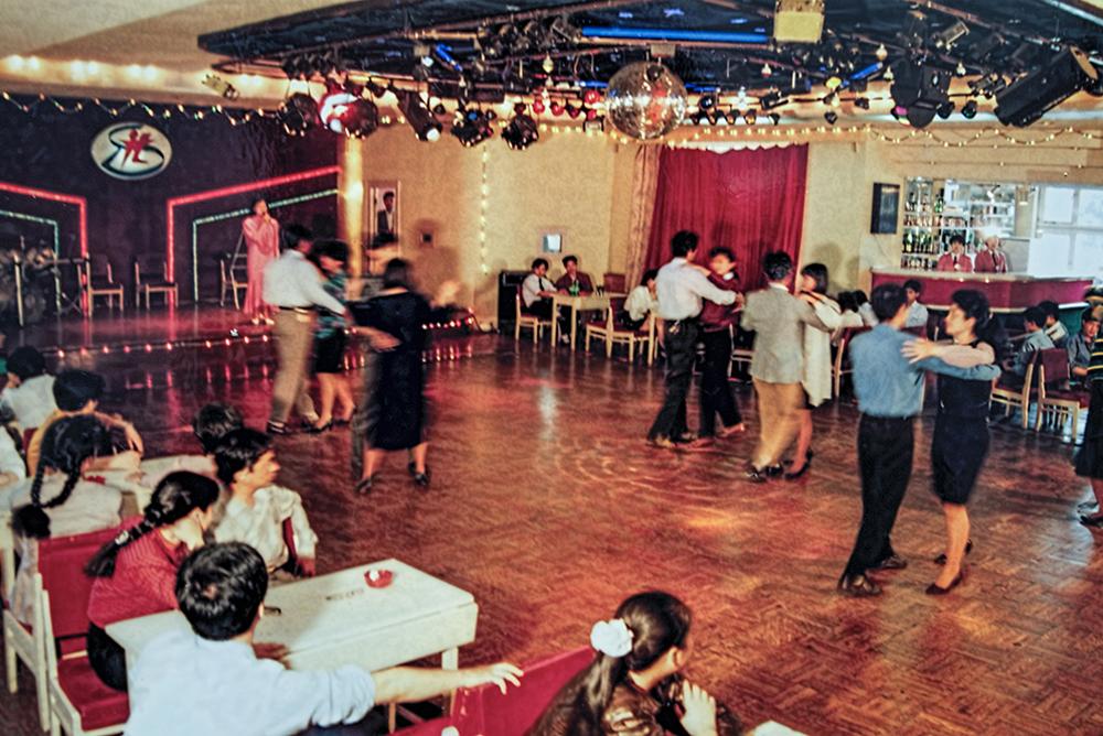 《联运大厦里的交际舞》上世纪80年代末,烟台运管处和联运总公司在联运大厦举办交际舞联欢会。(梁连增)<br/>