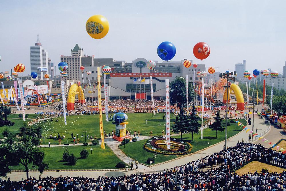 1997年6月,烟台市成功举办第二届APEC国际贸易博览会。这是亚太经合组织在中国举办的第一次经贸活动,同时也标志着烟台市展会经济进入快速发展时期,随后烟台相继4次承办APEC大型国际经贸活动,连续举办19届果蔬&amp;bull;食品博览会。(包雪梅)<br/>