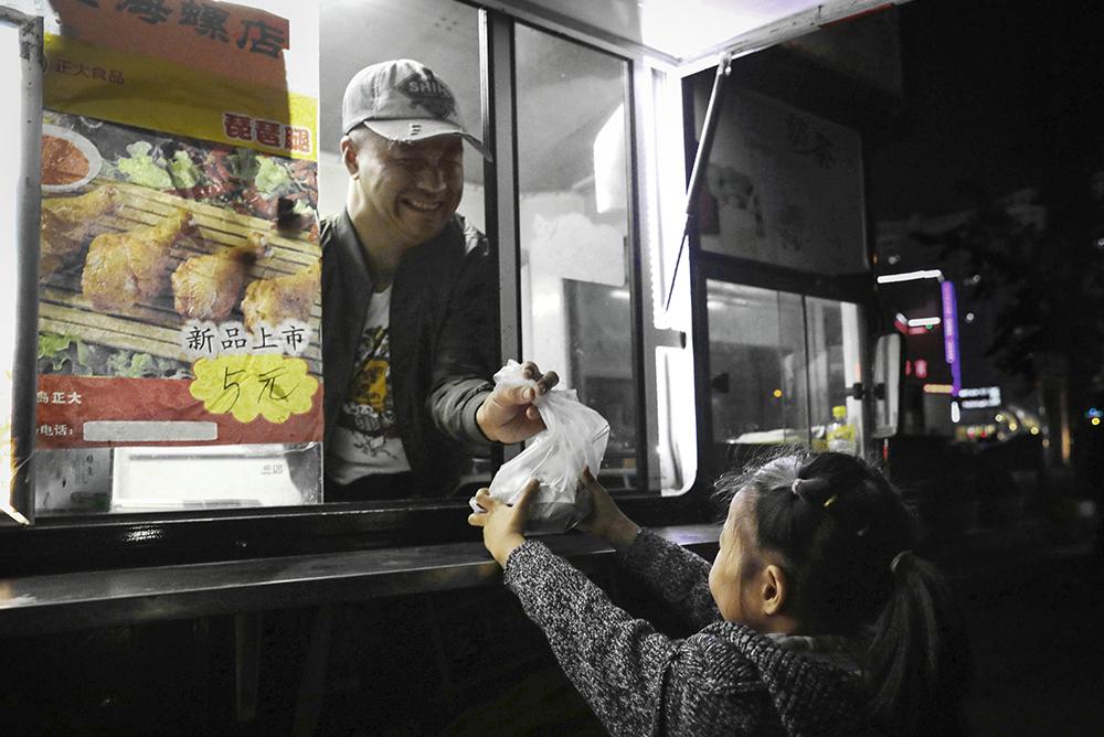 《阿宝的小吃车》 2017年10月,海阳市新元广场街边,双手残疾的阿宝(化名)经营着自己的台湾风味炸鸡排小吃车。(徐勇)<br/>