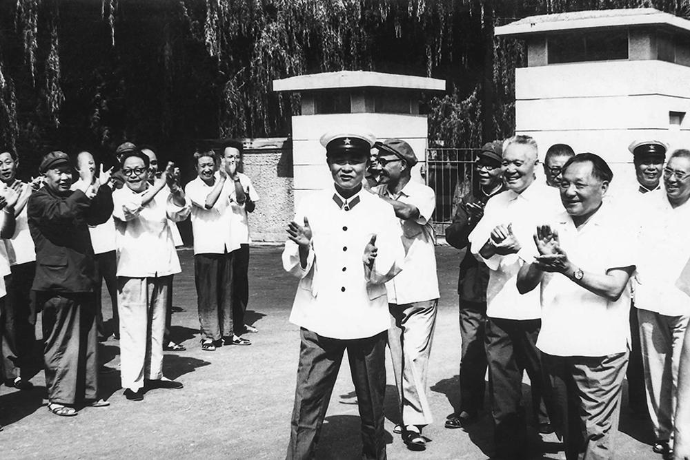 1979年7月31日,邓小平来烟台视察,在烟台行署南门外接见烟台地区各级负责人。( 姜同川)<br/>