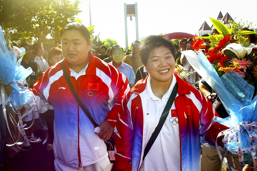 《奥运双红把家还》 2004年9月12日,获得奥运冠军的烟台举重选手唐功红、刘春红回到家乡。自2000年9月18日烟台籍运动员邢傲伟在27届悉尼奥运会上夺得山东省首枚奥运金牌至今,烟台籍运动员共获得6枚奥运金牌。(张凯)<br/>