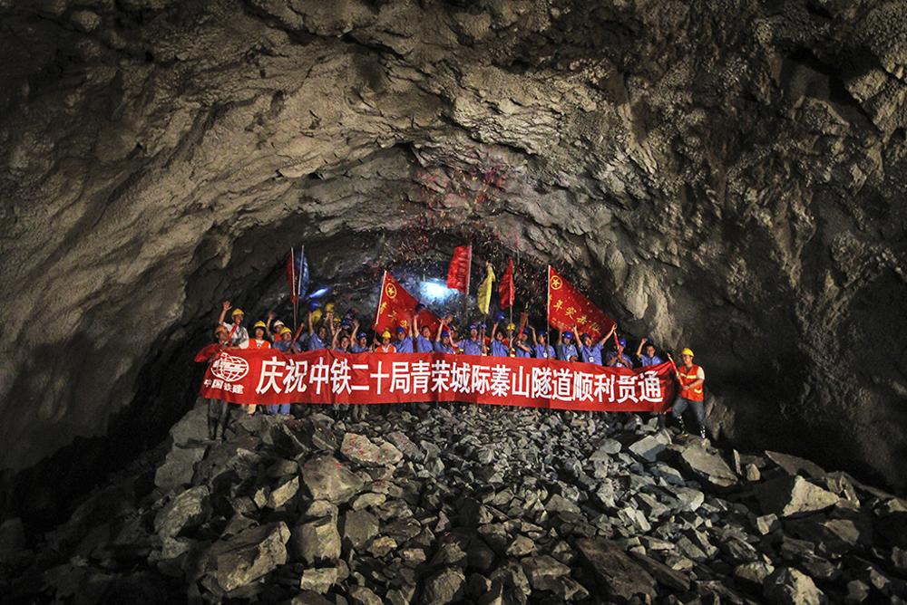 《蓁山隧道贯通》 2014年6月24日,山东省最长的高铁隧道、全长5505米的青烟威荣城际铁路蓁山隧道顺利贯通。(唐克)<br/>