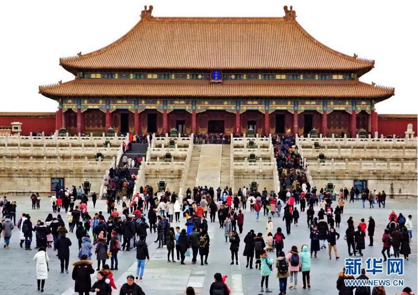 <br/>  12月22日,游客在故宫参观。 记者从故宫博物院获悉,故宫近日迎来本年度第1700万名观众。这也是故宫博物院年接待观众数量首次突破1700万。 新华社记者 李欣 摄