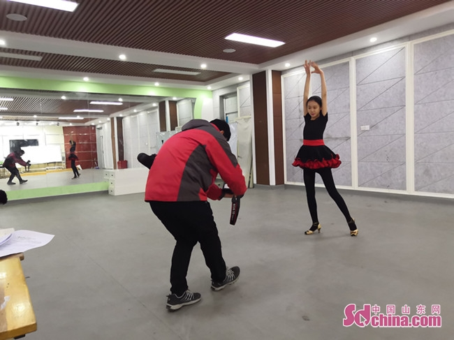 """(图)济南艺术学校表演专业学生文言文背诵""""嗨""""翻天"""