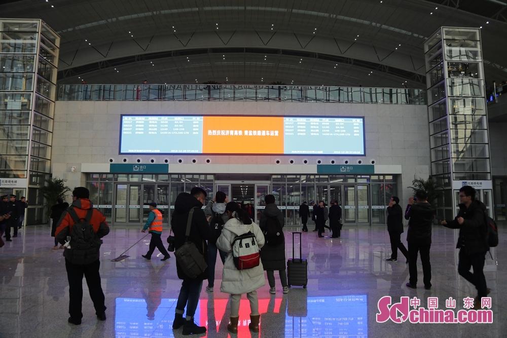 중국철도제남국그룹유한회사의 소식을 따라 12월26일 제남부터 청도까지 가는 고속도로 개통 운영 시작한다. 제남부터 청도까지 가는 열차 운영 시간은 한 시간 사십 분으로 압축된다. 일등 좌석 250위안, 이등 좌석156위안이다.<br/>