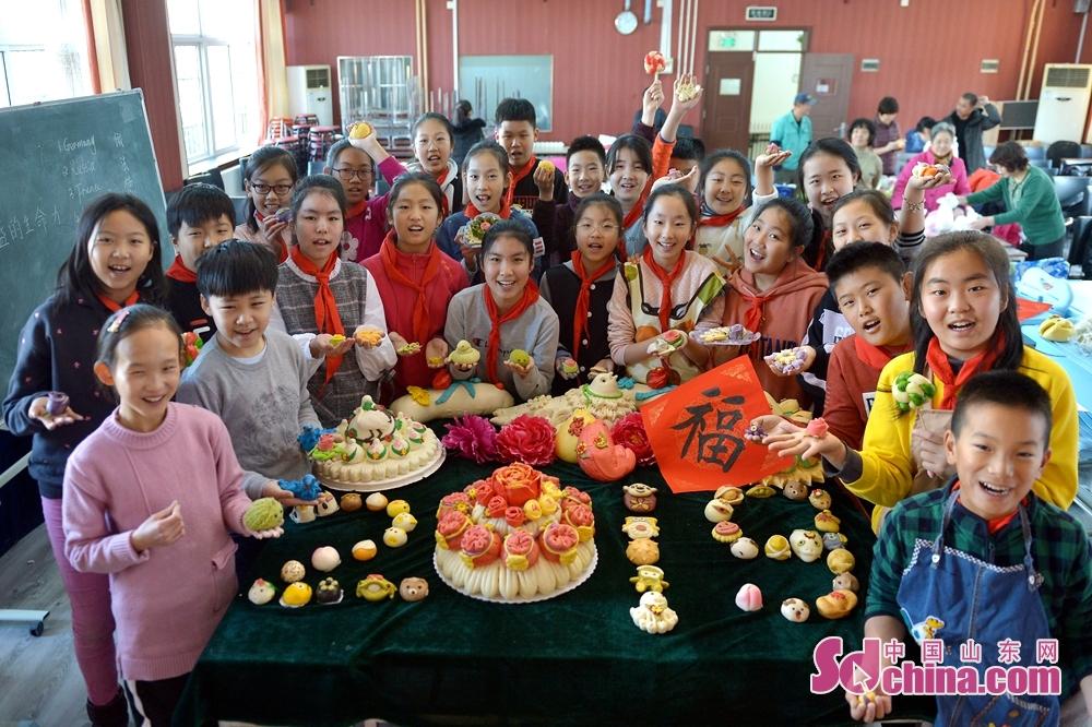 <br/>  2018年12月29日,山东青岛四方实验小学的学生用面塑摆出2019字样迎接新年。<br/>