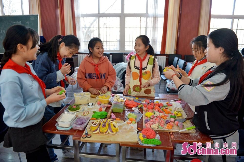 <br/>  2018年12月29日,山东青岛四方实验小学的学生们在手工课堂上比拼&amp;ldquo;巧手&amp;rdquo;做面塑。<br/>