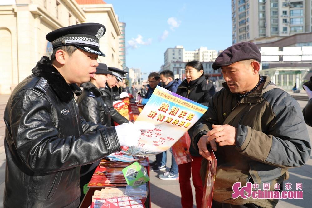 <br/>  活动持续两个小时,吸引了不少旅客驻足围观,有些旅客还专门询问了关于春运售票等信息,民警为其一一详细解答。