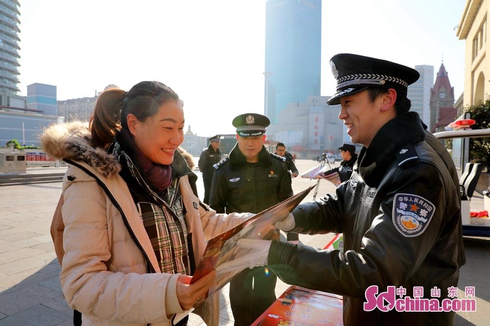<br/>  随后青岛所刑警大队长周宇飞向旅客讲授了分辨假票的几种方法,提醒旅客在正规渠道购买车票。