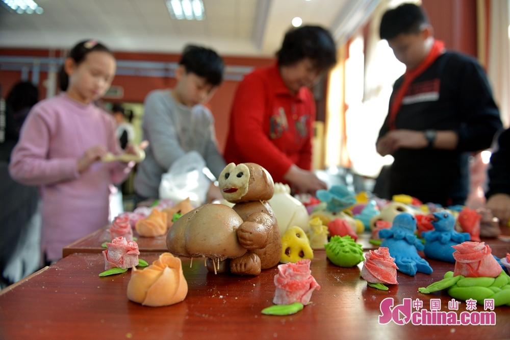 <br/>  2018年12月29日,山东青岛四方实验小学的学生展示动手制作的面塑作品迎新年。<br/>