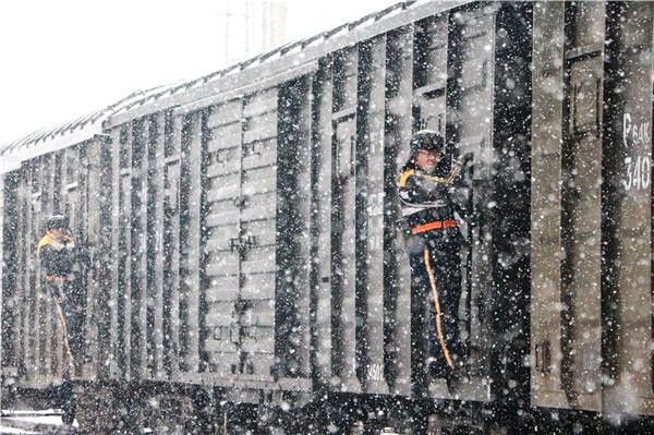 风雪中的铁路人