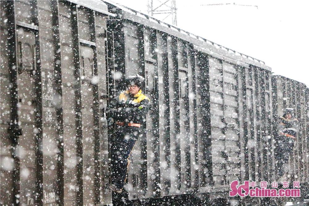 <br/>  2018年12月5日,兖州地区下起了入冬以来的第一场雪,雪花纷纷扬扬,很快就铺满了一地。兖州北站职工冒雪坚守在一线岗位上,为保证列车的安全畅通贡献自己的力量。