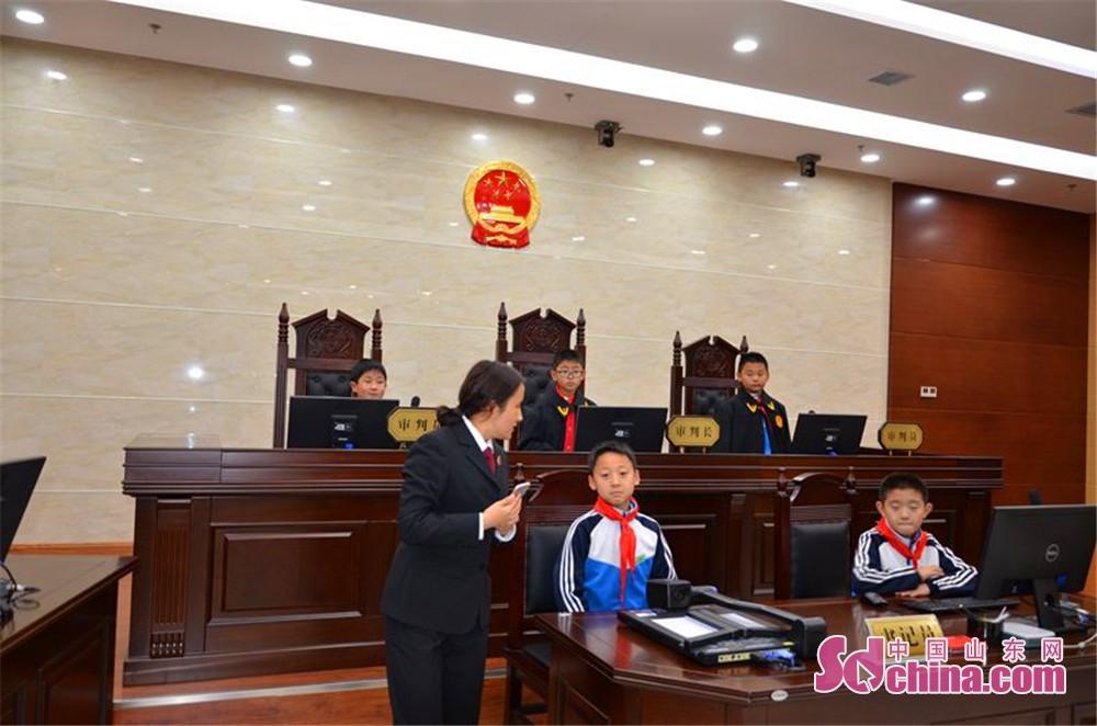 <br/>  队员们分批进行了模拟庭审,小法官们身披法袍,走上审判台,拿起铁锤,宣布庭审开始。<br/>