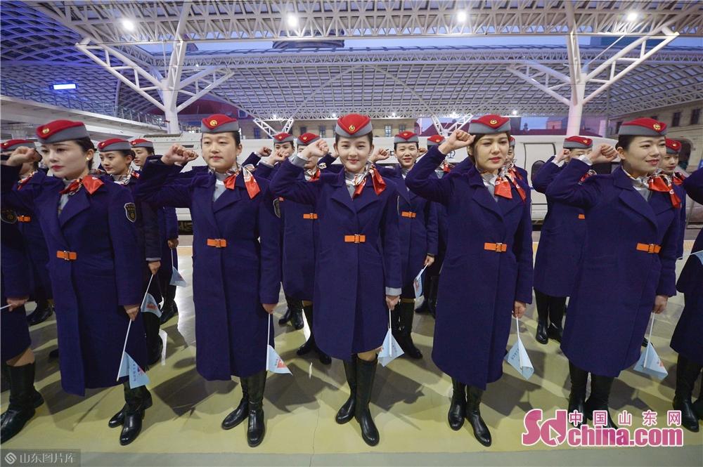<br/>  12月5日,值乘首趟&amp;ldquo;复兴号&amp;rdquo;列车长带领乘务员进行宣誓。<br/>