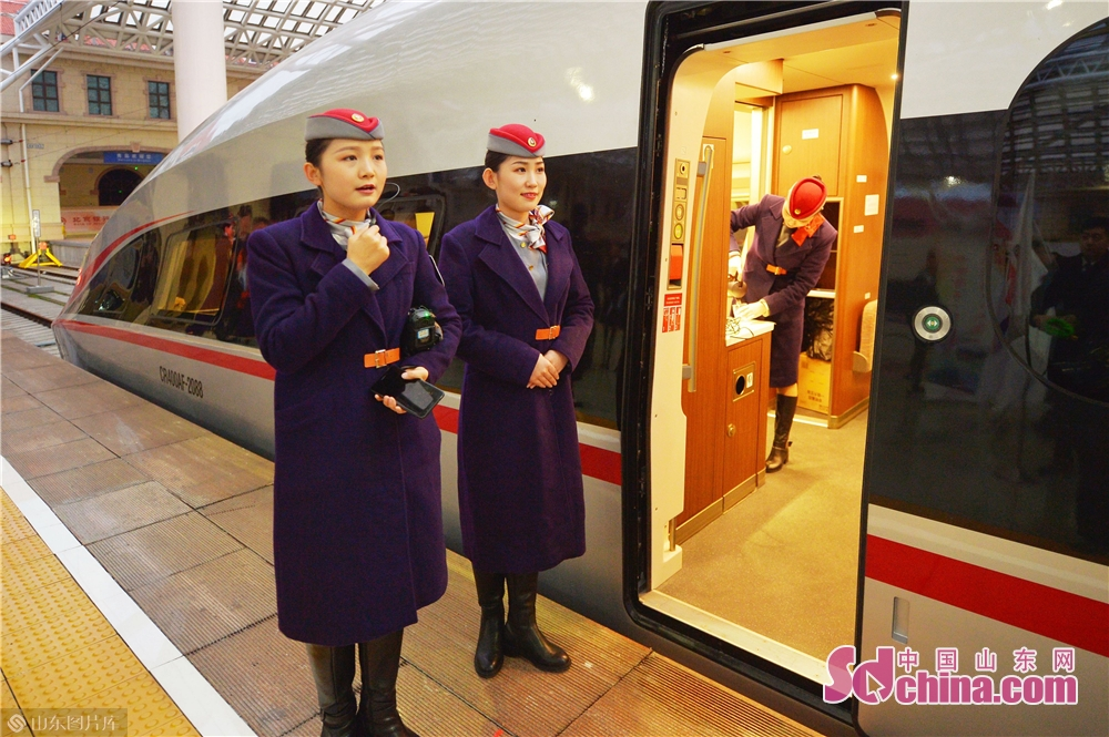 Staff workers are making preparations for the High-speed train G178.<br/>