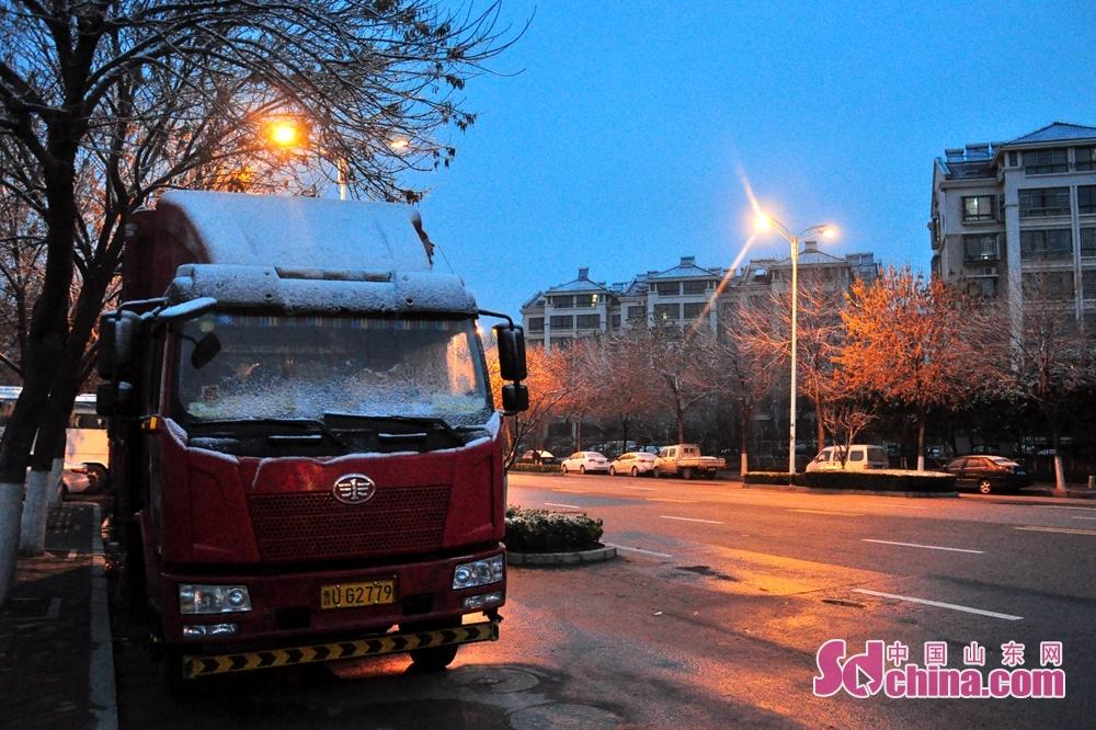 <br/>  图为12月6日凌晨,停靠在城阳春阳路路边的货车驾驶室上覆盖了一层的积雪。<br/>