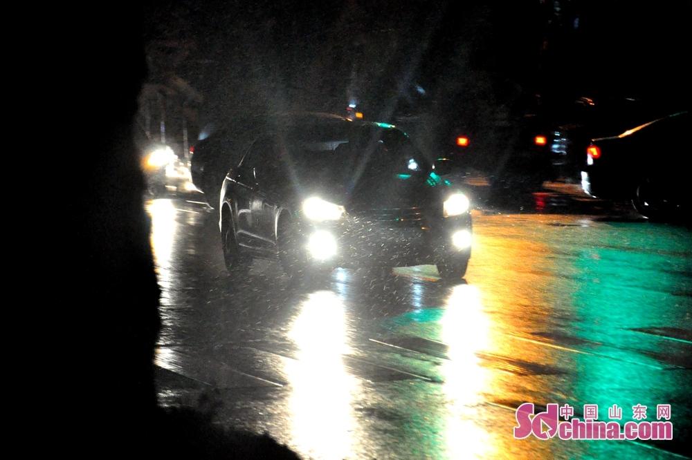 <br/>  12月5日日,青岛气象局官方微博发布信息,受冷空气影响,即日起温度持续下降,12月5日至12月6日明晨有一次小雨转雨夹雪的天气过程,北部内陆地区局部阵雪。12月5日中午时分,青岛市迎来2018年冬季一场雪。图为12月5日傍晚城阳环城北路上车辆正在风雪中慢行。<br/>