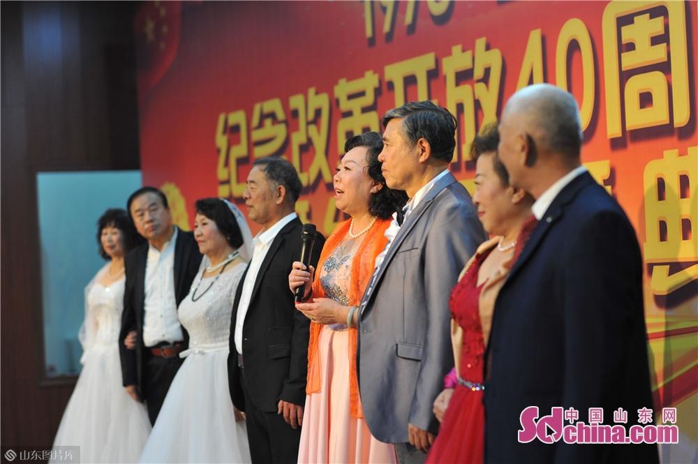 <br/>  2018年12月5日,老人们身穿婚纱,在青岛市辽宁路街道社区共庆结婚40周年,感受改革开放40周年的喜人变化。<br/>