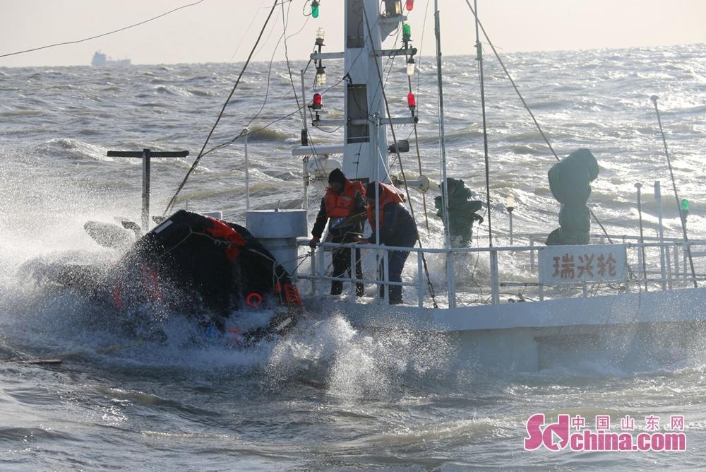 截止目前,&amp;ldquo;瑞兴轮&amp;rdquo;已完全沉没,救助船舶及直升机先后救起5名遇险人员(其中1人已无生命体征),其他船舶救起4名遇险人员,1名失踪人员仍在搜救过程中。<br/>