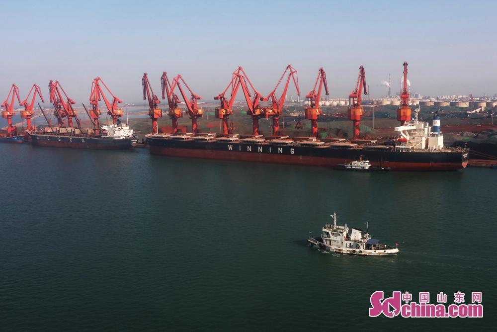 <br/>  2月1日上午,烟台海事局所属海事巡逻船正在山东龙口港海域巡航。<br/>