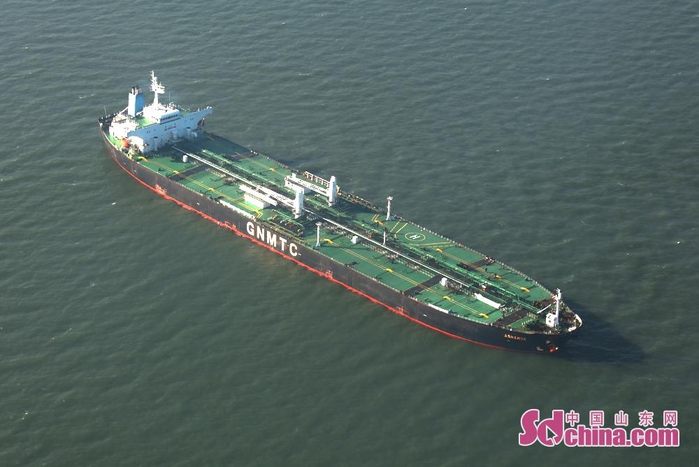 <br/>  2月1日上午,一大型油轮在山东龙口港锚地正准备进港。<br/>