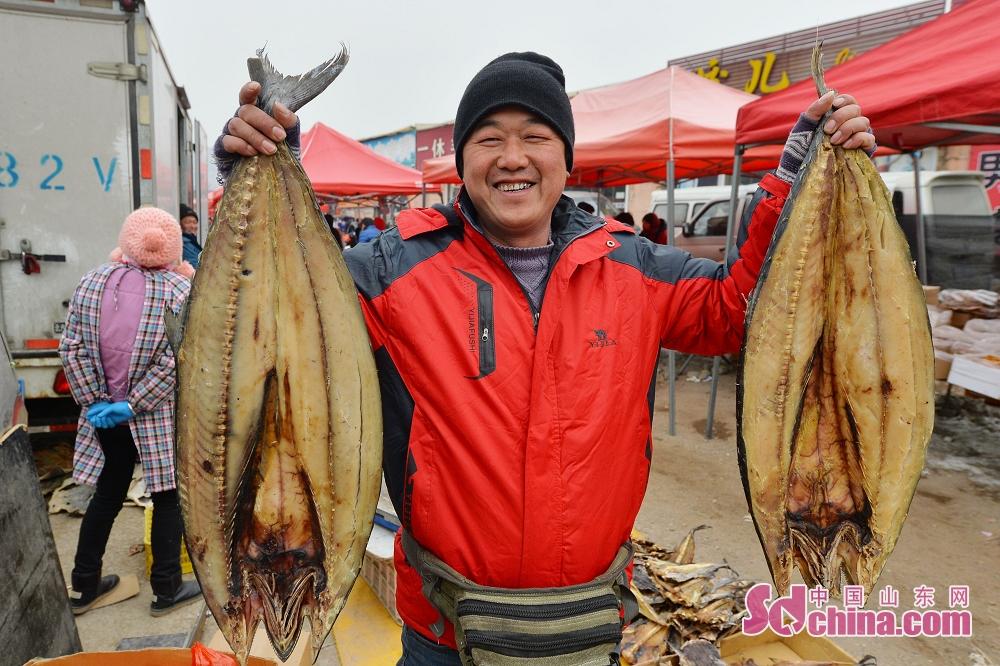 절인 생선 판매하는 촌민.<br/>