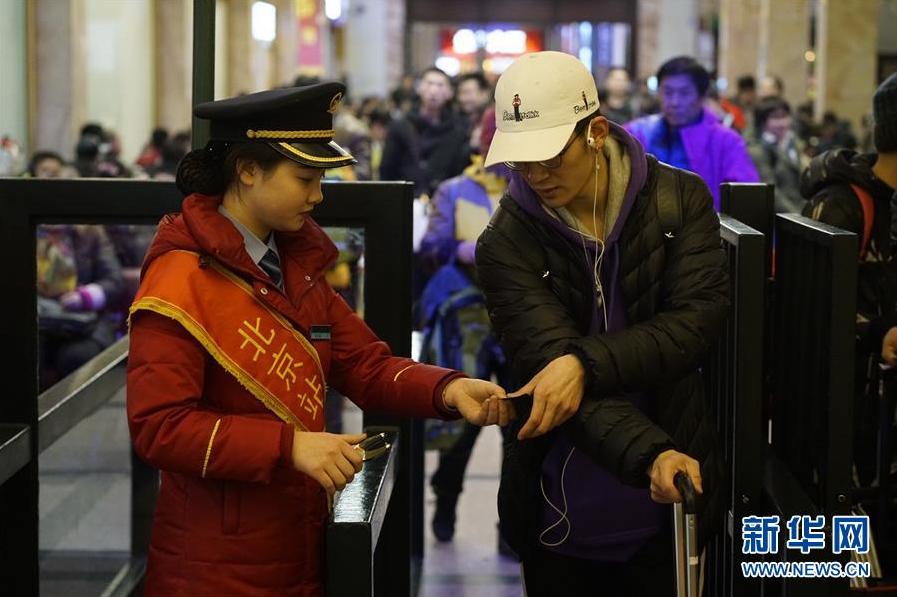 <br/>  2月9日,旅客在北京站进站上车。随着新春佳节临近,铁路春运客流高峰来临。 新华社记者 邢广利 摄