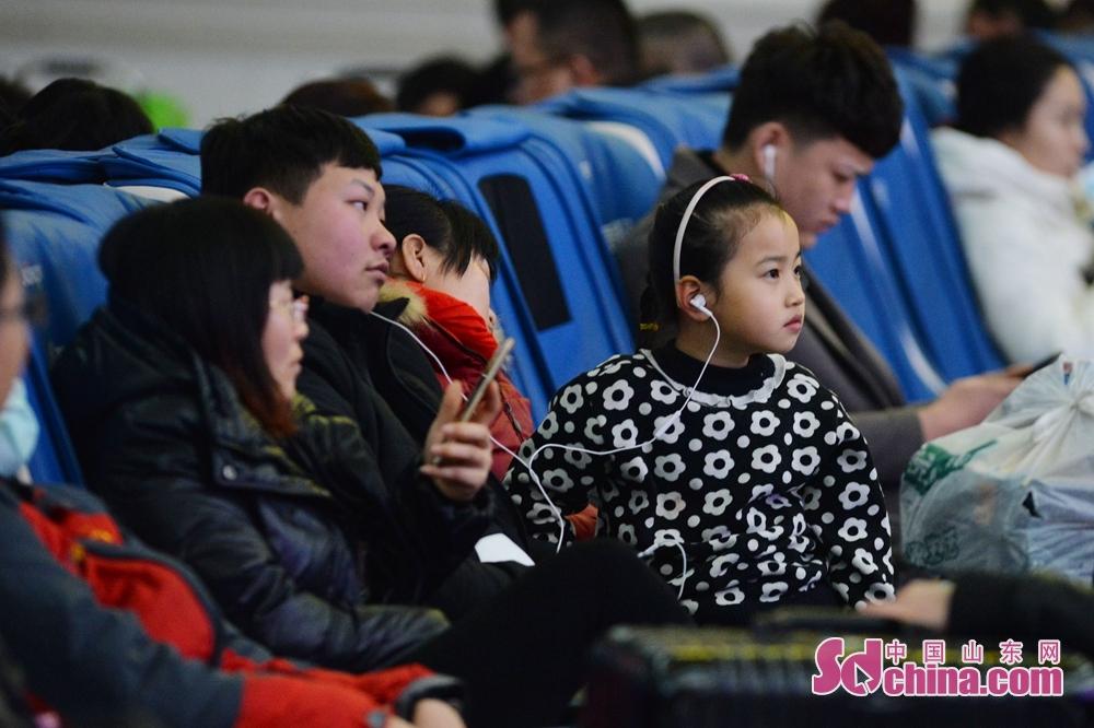 <br/><br/>  2月9日,青岛火车站候车室,一名小朋友通过连线分享歌曲等待上车。<br/>