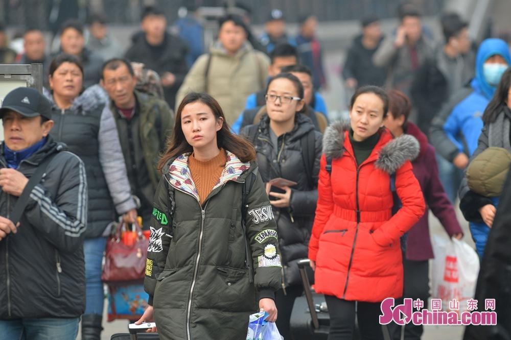 <br/><br/>  2月9日,出行的人们带着各自的心事和情绪走出车青岛火车站。<br/>