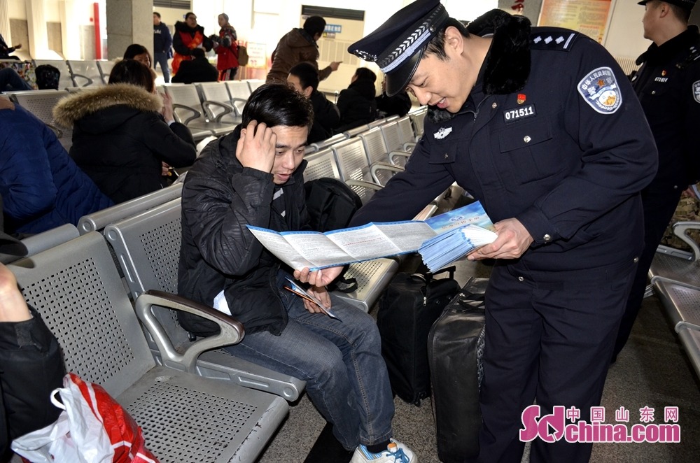 <br/>        <br/>  民警把《山东省毒品违法犯罪举报奖励办法》向旅客进行了详细讲解,受到旅客群众的好评。