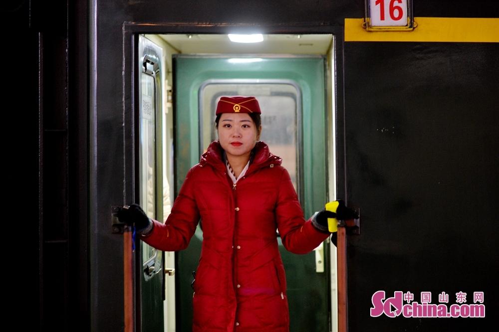 <br/><br/>  2月9日,青岛开往南宁的列车即将发出,一名乘务员在车门前值守最后一刻。