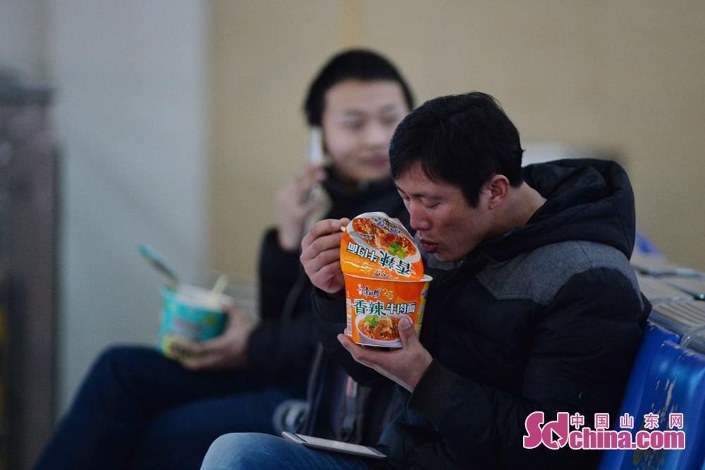 <br/><br/>  2月9日,在青岛火车站候车室,方便面食品成为春运旅途的标配。<br/>
