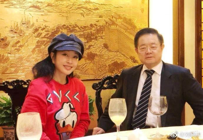 <br/>  2月12日,刘晓庆晒出和亲友聚会的照片,表示:&amp;ldquo;开启度假模式。&amp;rdquo;照片中有刘晓庆的妹妹以及好友徐松子、阎青妤等人。刘晓庆的老公王晓玉也罕见的与其同框出镜。<br/>