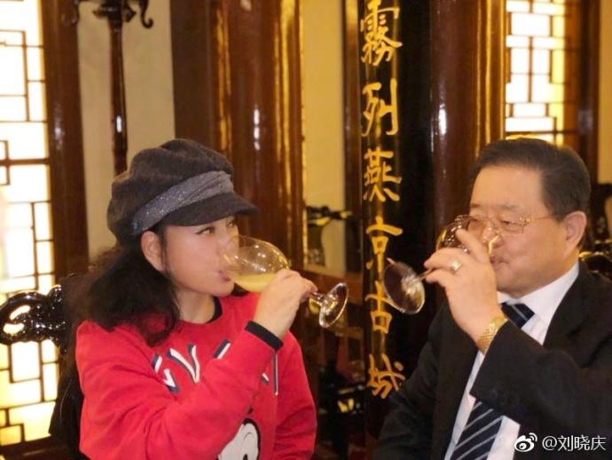 <br/>  2月12日,刘晓庆晒出和亲友聚会的照片,表示:&amp;ldquo;开启度假模式。&amp;rdquo;照片中有刘晓庆的妹妹以及好友徐松子、阎青妤等人。刘晓庆的老公王晓玉也罕见的与其同框出镜。