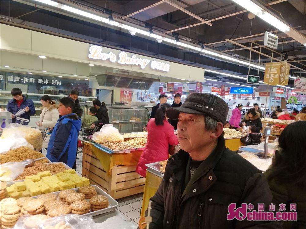 <br/>  顾客正在超市食品区选购年货。