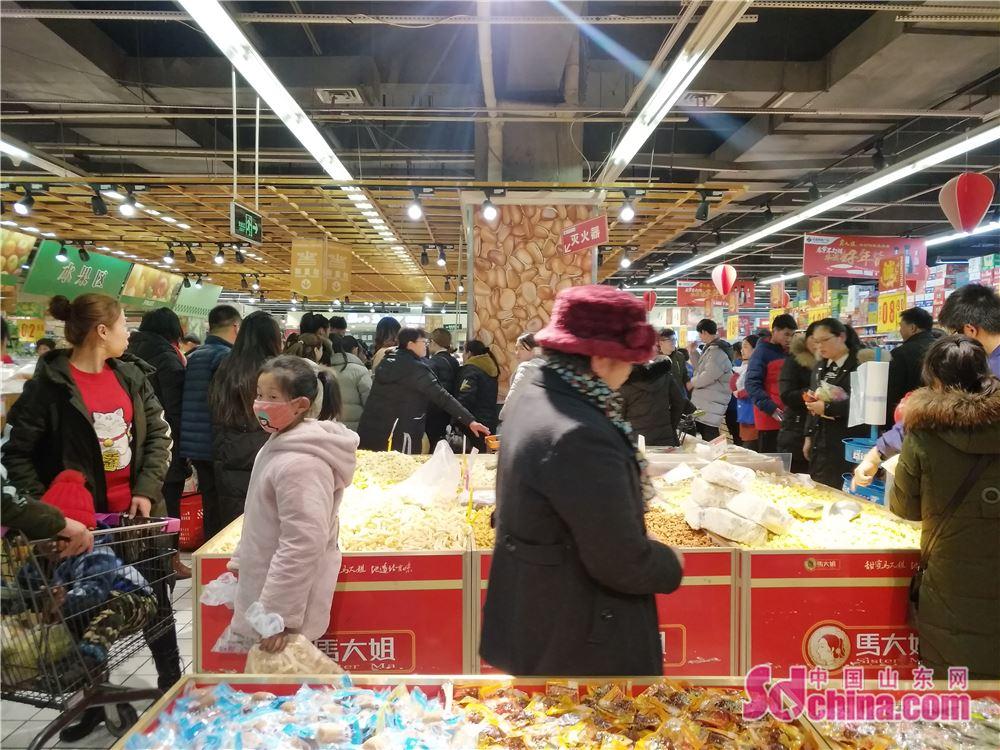 <br/>  超市里人潮如织,人们都在忙着置办年货。<br/>