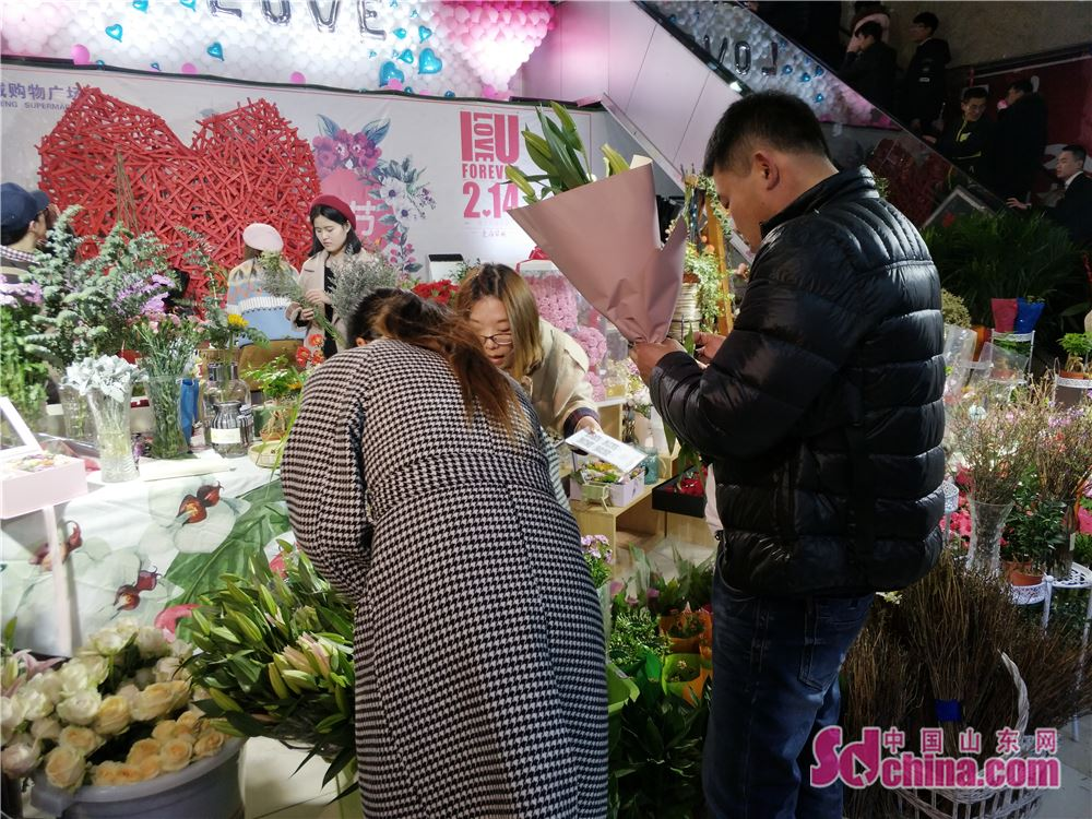 <br/>  花店里的选购情人节礼物的顾客稀稀疏疏,大不如往年。<br/>