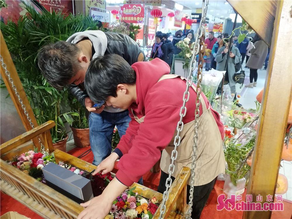<br/>  一名顾客正在花店选购鲜花。<br/>